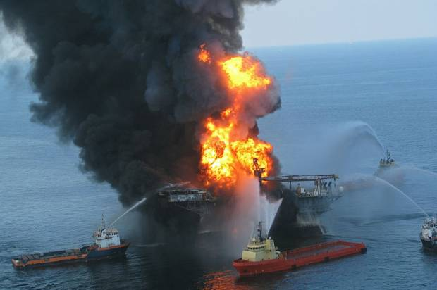 800px-Deepwater_Horizon_offshore_drilling_unit_on_fire_2010-620x412
