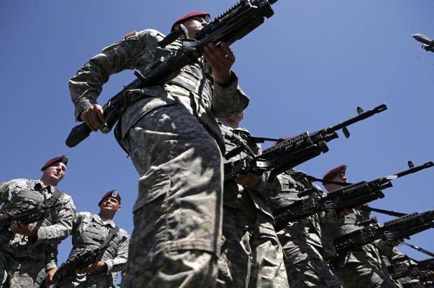 Soldiers of the 82nd Airborne march in a division review ceremony attended by the U.S. President George W. Bush at Fort Bragg, North Carolina May 22, 2008.     REUTERS/Kevin Lamarque   (UNITED STATES) - RTX61O8